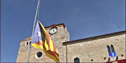La 'estelada' independentista en el mástil oficial del Ayuntamiento de Bellcaire.