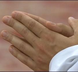 Las manos ungidas de un sacerdote