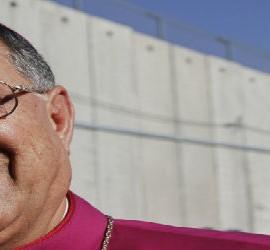 Fouad Twal, en el muro de Belén