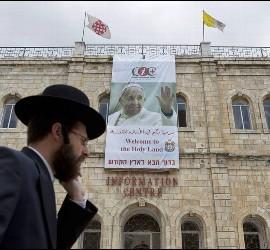Cartel de bienvenida al papa en Jerusalén