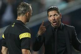 Diego 'Cholo' Simeone riñe al árbitro.