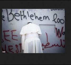 El Papa, orando ante el Muro de la vergüenza