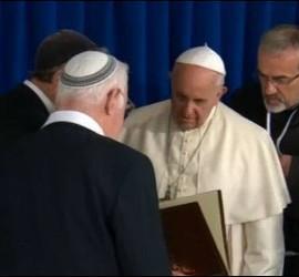 El Papa recibió un regalo de los rabinos