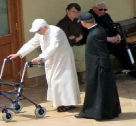 Benedicto XVI, con andador, junto a su hermano y a Gänswein