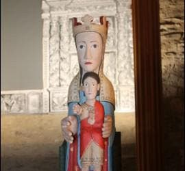 Reproducción de la imagen de la Virgen de Meritxell en madera policromada