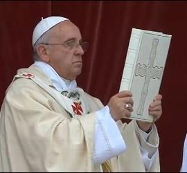 El Papa en Corpus bendice con el Evangeliario