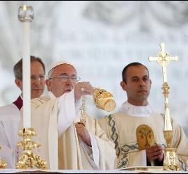 Papa inciensa en Corpus