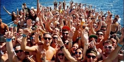 Una fiesta en el mar en Ibiza