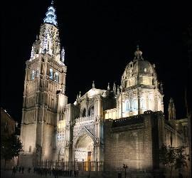 La catedral de Toledo iluminada a la llegada de un grupo de visitantes