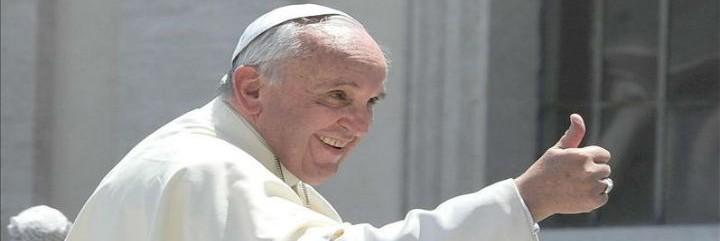 El Papa, con uno de sus gestos títpicos de felicidad y ánimo con el pulgar