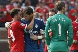 Casillas saluda a Mata, delante de De Gea.