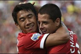 Shinji Kagawa y Javier Hernández.