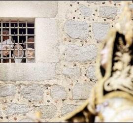 Monjas observando la imagen de Santa Teresa a través de las rejas