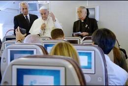 Papa, rueda de prensa en el avión