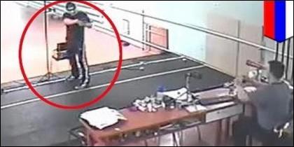 El joven disparando a su entrenador en Rusia