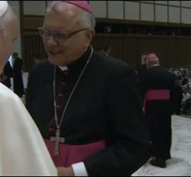 El Papa saluda a monseñor Porras