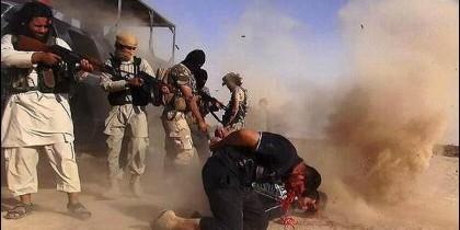 Militantes islámicos del EI ejecutando a prisioneros en Irak.