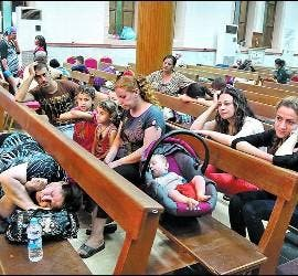 Cristianos iraquíes refugiados en una iglesia