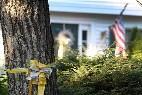 Una cinta atada a un árbol frente a la casa de los Foley en New Hampshire