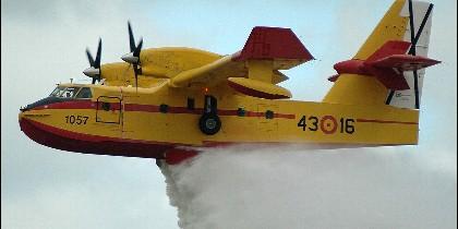 Una avioneta de la lucha contra incendios lanzando su carga de agua.