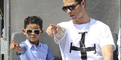 Cristiano Ronaldo y su hijo.