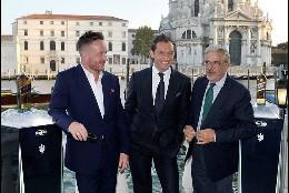 Jude Law llega a Venecia para presentar su cortometraje para Johnie Walker