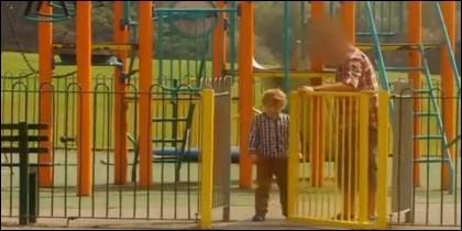 Un extraño se lleva a un niño en el parque