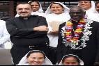 Monseñor Tejado, junto al Presidente de Cor Unum en Manila y a las hermanas de la Madre Teresa