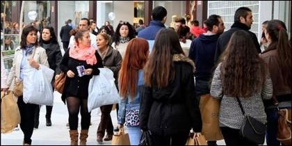 Gente comprando.