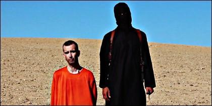 Abdel Majed, a punto de decapitar a David Haines.