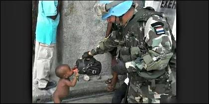 El soldado y el niño de Haití.