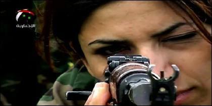 Mujer kurda apuntando con su fusil