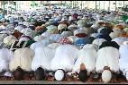 Musulmanes en el momento de oración en la Fira de Lérida.