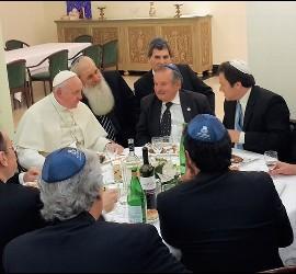 Francisco, con varios rabinos en Santa Marta