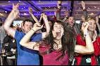 Británicos contrarios a la independencia de Escocia celebran la victoria del NO en el referéndum.