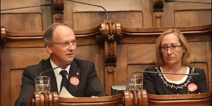 El presidente y la portavoz del Grupo del PSC en el Ayuntamiento de Barcelon, Gabriel Colomé y Assumpta Escarp.