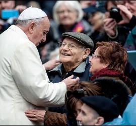 Francisco saluda a una pareja de abuelos