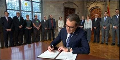 Mas firmando el decreto del 9-N.
