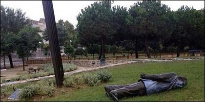 La estatua de Pujol, derribada.