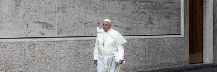 El Papa camina solo