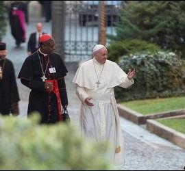 Francisco, entrando en el Sínodo
