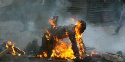 Un hombre quemado vivo