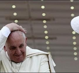 El solideo del Papa, suspendido por el viento
