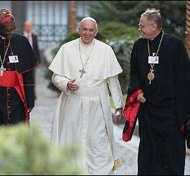 Francisco entra al Sínodo