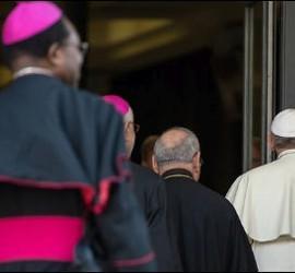 Francisco entra al Sínodo con varios obispos