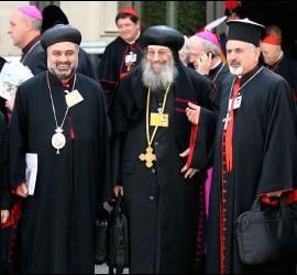 Obispos en un descanso del Sínodo