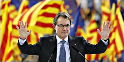 Artur Mas, con banderas esteladas de Cataluña al fondo.