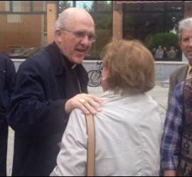 Osoro, junto al padre Ángel, saludando a varias personas. Detrás, Juan Mari Laboa
