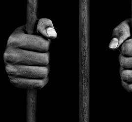 Las manos de un preso condenado a muerte.