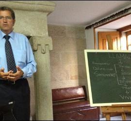 Miguel Rosendo dando una charla